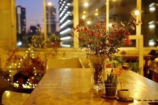 テーブルの上の花瓶の写真・画像素材[2732786]