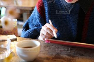 カフェで作業をする人の写真・画像素材[2889393]