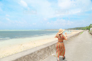ビーチを歩いている人の写真・画像素材[3298332]