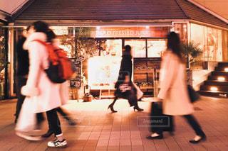 休日 街歩きの写真・画像素材[986498]