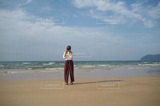 ビーチに立っている人の写真・画像素材[851340]
