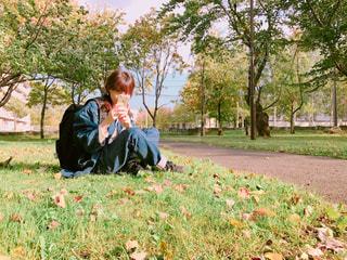 芝生に座っている小さな男の子の写真・画像素材[851650]