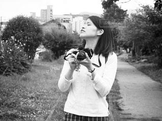 携帯電話を保持している若い女の子の写真・画像素材[851719]