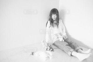 ベッドの上に座っている女性の写真・画像素材[851728]