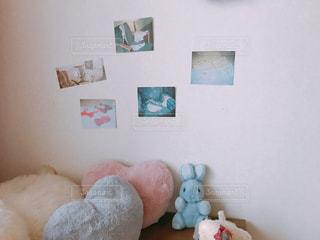 ベッドの上に座っているテディー ・ ベアの写真・画像素材[1006759]