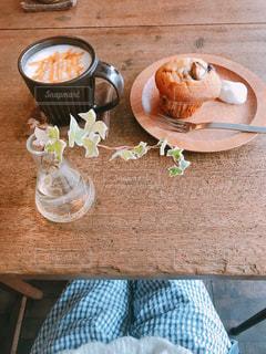 テーブルの上のコーヒー カップの写真・画像素材[1040104]