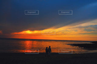 ビーチでの背景の夕日に人々 のカップルの写真・画像素材[1295980]