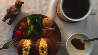 食べ物,カフェ,コーヒー,食事,朝食,皿,ミニトマト,リラックス,食器,サラダ,サンドイッチ,ヨーグルト,卵,料理,たまごサンド,おうちカフェ,くま,ドリンク,おうち,ライフスタイル,レシピ,ファストフード,クマ,ぬい撮り,おうち時間