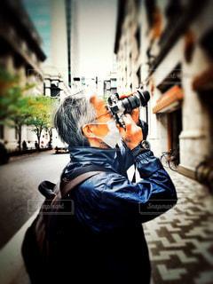男性,ファッション,風景,カメラ,街角,東京,人物,オシャレ,カメラマン,リュック,都心,情景,長袖,ジャンパー,薄着,春コーデ