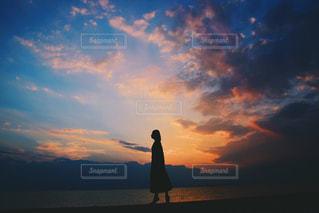 日没の前に立っている男の写真・画像素材[967088]