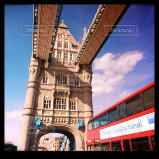 タワーブリッジとロンドンバスの写真・画像素材[1025203]