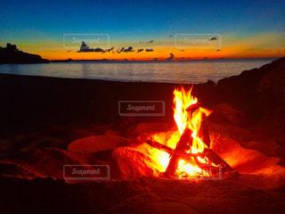 夕焼けのキャンプファイヤーの写真・画像素材[971201]