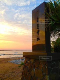ビーチに沈む夕日の写真・画像素材[970928]