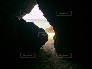 沖縄県瀬底島洞窟からの瀬底ビーチの写真・画像素材[1042581]