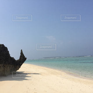 沖縄県瀬底島の瀬底ビーチかたつむり岩の写真・画像素材[1042607]