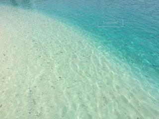 沖縄県瀬底島のエメラルドグリーンのビーチの写真・画像素材[1042640]