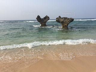 沖縄県古宇利島ティーヌ浜のハートロックの写真・画像素材[1042669]