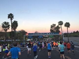 青空に向かってロサンゼルスマラソンスタートの写真・画像素材[1095818]