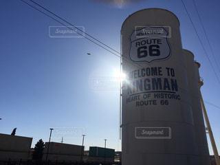 ルート66キングマンの太陽光と青空の写真・画像素材[1095861]
