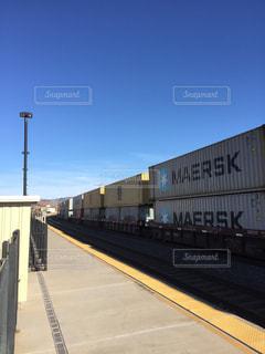 アメリカ貨物列車越しの青空の写真・画像素材[1095868]