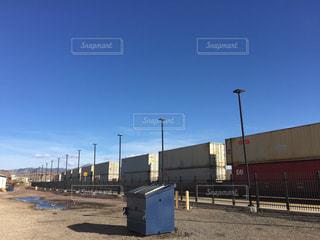アメリカ貨物列車越しの青空の写真・画像素材[1095874]
