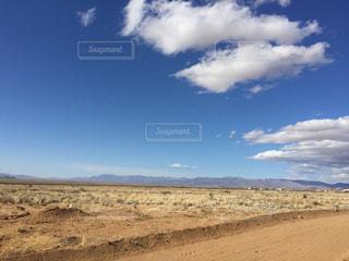アメリカ荒野の青空の写真・画像素材[1095885]