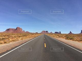 アメリカモニュメントバレーの道と青空の写真・画像素材[1096362]