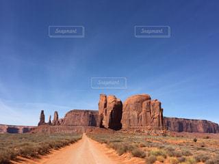 アメリカモニュメントバレーロードからの青空の写真・画像素材[1096950]