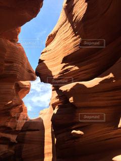 アンテロープキャニオンの岩間からの青空の写真・画像素材[1096960]