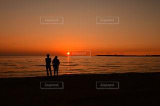 水平線に沈む夕日の写真・画像素材[969771]