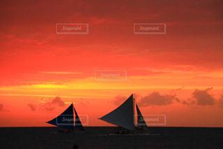 夕焼けとヨットの写真・画像素材[968695]