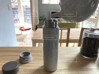 急須で入れたお茶を水筒に注いでいるところの写真・画像素材[969386]