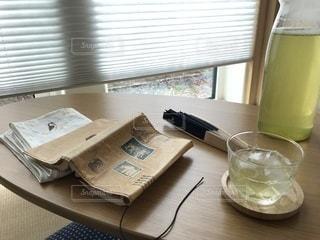 読みかけの本と冷たいお茶の写真・画像素材[969468]
