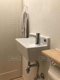 トイレの手洗器の写真・画像素材[1009209]