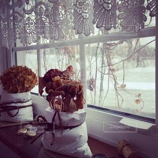 ドライフラワーの花束がある窓辺の写真・画像素材[4222755]