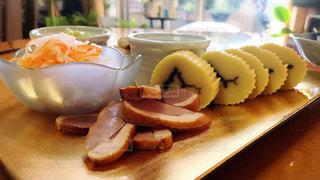 木製のテーブルの上に食べ物の写真・画像素材[969539]