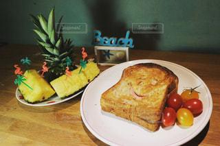 テーブルの上に食べ物のプレートの写真・画像素材[1145205]