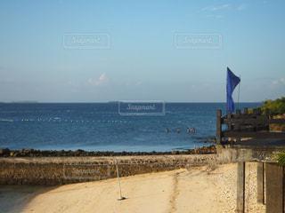 水の体の横にあるビーチの写真・画像素材[1216960]