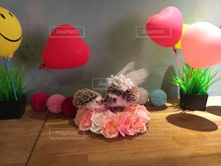 テーブルの上のピンクの花で一杯の花瓶の写真・画像素材[1228883]