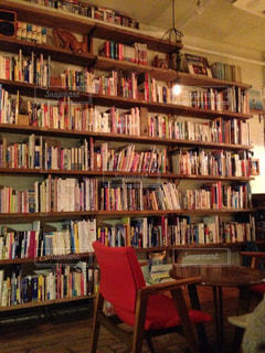 本棚の本でいっぱいの部屋の写真・画像素材[1600444]