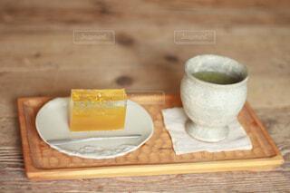 タンポポ羊羹とお茶の写真・画像素材[4549032]
