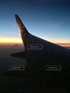 飛行機からの富士山と夕日の写真・画像素材[969696]