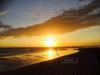 水の体に沈む夕日の写真・画像素材[969702]