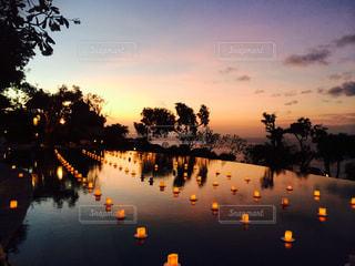 水の体に沈む夕日の写真・画像素材[971778]