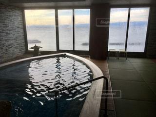 舟型の屋内風呂の写真・画像素材[995442]