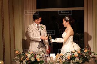 ウエディング ケーキの前に立っている人の写真・画像素材[1264299]