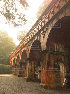 大きなレンガの背景の橋と建物の写真・画像素材[1264302]