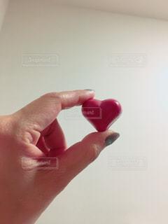 彼の手のオブジェクトを持っている手の写真・画像素材[1117144]