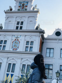 建物の前に立っている人の写真・画像素材[1015616]