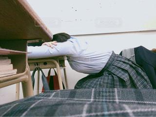 隣で爆睡してる友達( ´⚰︎` )の写真・画像素材[987947]